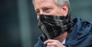 CORONAVIRUS PANDEMIC DISASTER – NYC Mayor Bill de Blasio dons a face mask while not at home